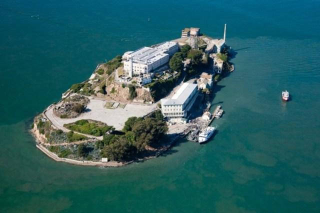 Alcatraz. La prisión más famosa del mundo, de la que es imposible escapar. Así fue como la popular Alcatraz entró en la cultura, literatura e historia mundial. Se encuentra en la isla del mismo nombre, en la bahía de San Francisco. Ahora, ya no funciona como prisión y los turistas pueden visitarla. Viendo esta foto, uno puede pensar que es simplente un balneario del siglo pasado. Si no lo miras con lupa, por supuesto.