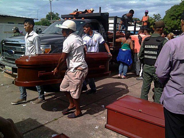 Ataudes de los fallecidos en el Centro de Detención Judicial de Amazonas. / AFP PHOTO / WAKA Noticias / STR