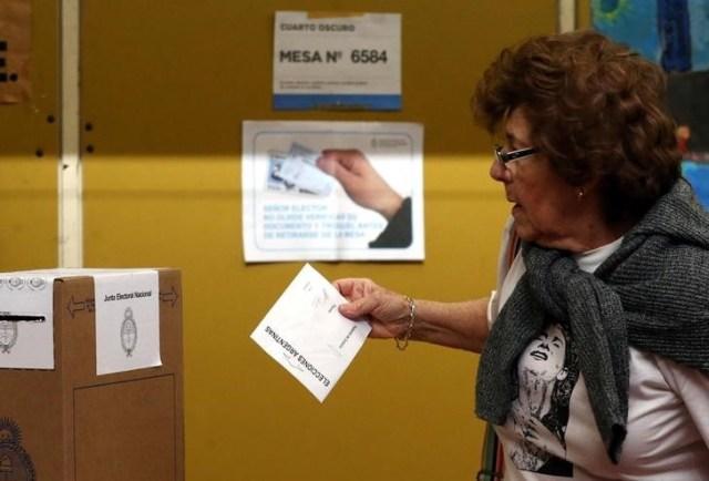 Imagen de archivo de una mujer votando en Buenos Aires durante las elecciones primarias legislativas de Argentina, ago 13, 2017. REUTERS/Marcos Brindicci