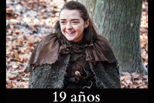 Arya Stark: Este personaje es interpretado por la actriz Maisie Williams. En los libros la conocemos cuando tiene 9 años, y aunque en la serie ya tendría unos 14 o 15, en realidad, Maisi tiene 19 años.