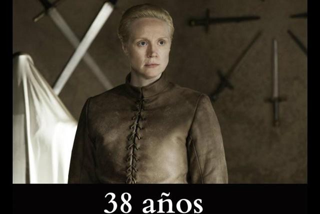 Brienne de Tarth En la serie no se menciona la edad que tendría esta mujer, pero en los libros señalan que rondaría los 20 años. Aunque en verdad, la actriz Gwendoline Christie tiene 38 años de edad.