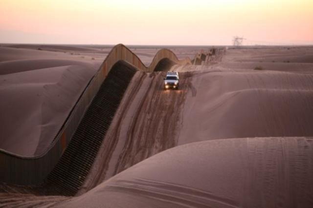 La frontera entre Estados Unidos y México en las dunas de los Algodones. La valla en la frontera entre EE.UU. y México es una construcción de elementos estrechos y altos, que pueden subir y bajar a las dunas de arena en constante movimiento.