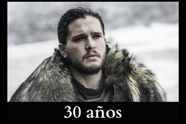 """Jon Snow """"You know nothing Jon Snow""""… ¡ni tu edad! El personaje interpretado por Kit Harington es un adolescente de 14 años al inicio de los libros. Aunque en la serie lo muestran como un adulto joven de 17 años. Sin embargo, Kit tiene 30 años."""