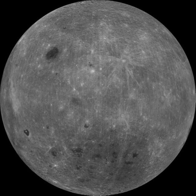 La cara oculta de la Luna. Desde la Tierra no se podrá ver esta cara de la Luna. Pero la podrás disfrutar con alguna foto realizada desde el espacio. La primera imagen tomada de la cara oculta de la Luna la realizaron los soviéticos en 1959. En el reverso del satélite se encuentran dos mares: el Mar de Moscovia y el Mar del Ingenio, así como los mayores cráteres lunares.