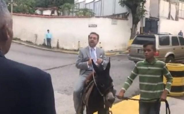 Rafael Lacava llega a Globovisión en un burro // Foto @rafaellacava10