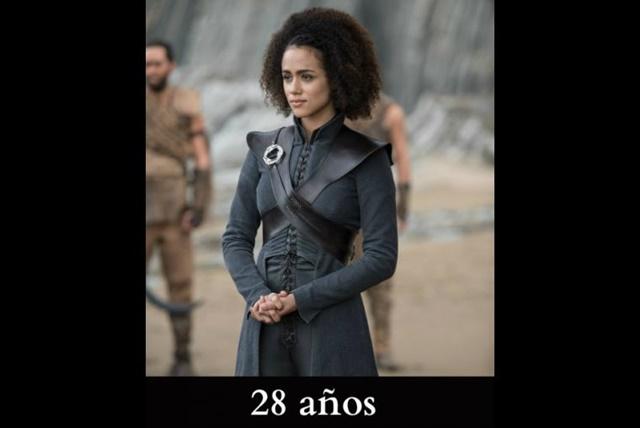 Missandei Es educada y sabe varios idiomas. Aunque en los libros se convierte en la mano derecha de Khaleesi a los 10 años, en la serie la vemos como una veinteañera. Aunque en realidad, la actriz Nathalie Emmanuel tiene 28 años de edad.