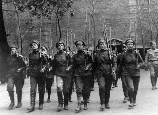Octubre de 1917: tropas femeninas avanzan sobre Moscú durante la Revolución Rusa.