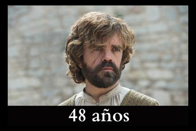 Tyrion Lannister De acuerdo con las descripciones del personaje en los libros, Tyrion debería rondar los 27 años, aunque el actor estadounidense Peter Dinklage tiene 48 años de edad.