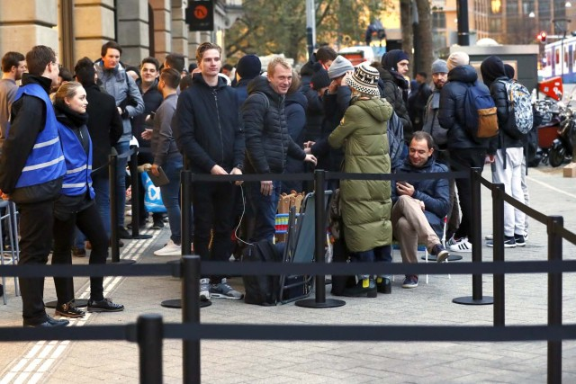 Customers queue outside an Apple store during the launch of the new iPhone X in Amsterdam on November 3, 2017. / AFP PHOTO / ANP / Koen van Weel / Netherlands OUT