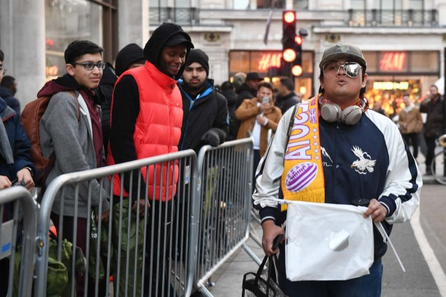 People queue outside Apple's Regent Street store in central London on November 3, 2017 waiting for the store to open on the say of the launch of the Apple iPhone X. Apple's flagship iPhone X hit stores on November 3, as the world's most valuable company predicted bumper sales despite the handset's eye-watering price tag and celebrated a surge in profits. The device features facial recognition, cordless charging and an edge-to-edge screen made of organic light-emitting diodes used in high-end televisions. It marks the 10th anniversary of the first iPhone release and is released in about 50 markets around the world. / AFP PHOTO / Chris J Ratcliffe