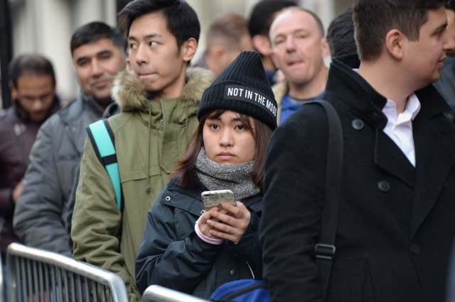 People queue outside Apple's Regent Street store in central London on November 3, 2017 waiting for the store to open on the say of the launch of the Apple iPhone X. Apple's flagship iPhone X hit stores on November 3, as the world's most valuable company predicted bumper sales despite the handset's eye-watering price tag and celebrated a surge in profits. The device features facial recognition, cordless charging and an edge-to-edge screen made of organic light-emitting diodes used in high-end televisions. It marks the 10th anniversary of the first iPhone release and is released in about 50 markets around the world. / AFP PHOTO / CHRIS RATCLIFFE