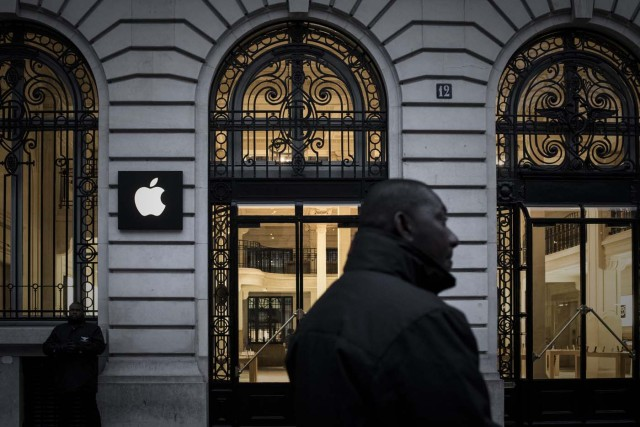 Security staff stand outside an Apple shop early morning on the release day of the new iPhone X in Paris on November 3, 2017. / AFP PHOTO / PHILIPPE LOPEZ