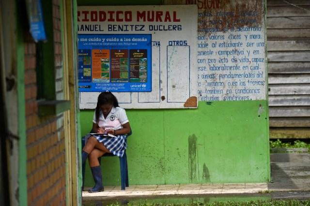 Un joven estudiante se sienta en Pital de la Costa, municipio de Tumaco, departamento de Nariño, Colombia el 31 de octubre de 2017. / Raul Arboleda