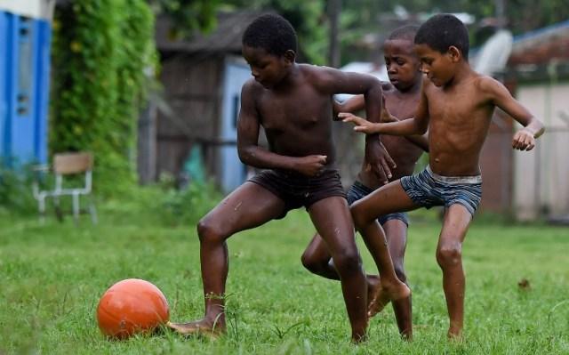 Los niños juegan fútbol en Pital de la Costa, municipio de Tumaco, departamento de Nariño, Colombia el 31 de octubre de 2017. / Raul Arboleda