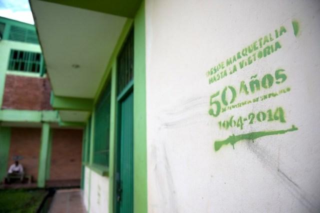 Una pancarta de las FARC se ve en la pared de la escuela en Pital de la Costa, municipio de Tumaco, departamento de Nariño, Colombia el 31 de octubre de 2017. / Raul Arboleda