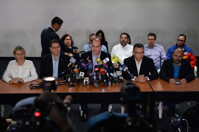 President of the Venezuelan opposition-controlled parliament Julio Borges (C), speaks during a press conference in Caracas on November 9, 2017. / AFP PHOTO / FEDERICO PARRA
