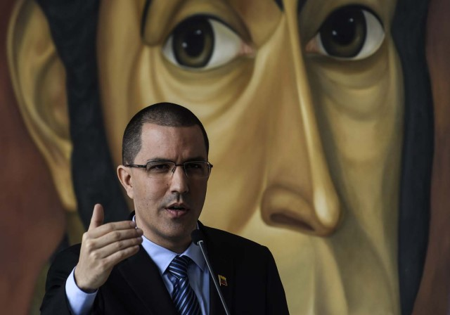 "Venezuelan Foreign Minister Jorge Arreaza speaks before a meeting with diplomats in Caracas on November 14, 2017. The government of Nicolas Maduro on Thursday accused the United States of ""fomenting violence"" with its new sanctions package against Venezuelan officials after the announcement of a resumption of dialogue with the opposition. / AFP PHOTO / JUAN BARRETO"