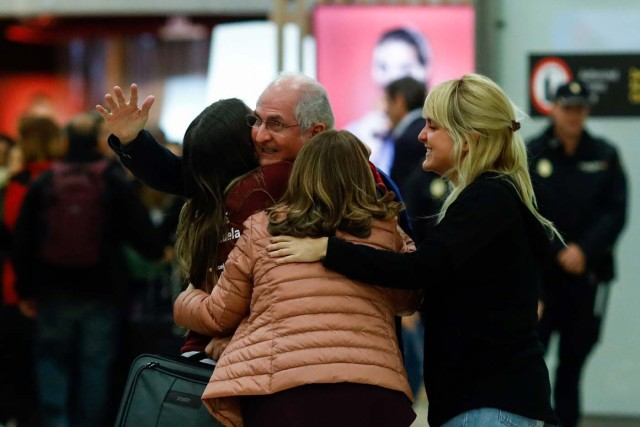 The mayor of Caracas, Antonio Ledezma (C) is greeted by his family upon his arrival to the Barajas Airport on November 18, 2017 in Madrid. Ledezma arrived from Bogota to Spain on November 18 after escaping house arrest in the Venezuelan capital, after having been accused of conspiracy against the government of Nicolas Maduro. / AFP PHOTO / OSCAR DEL POZO