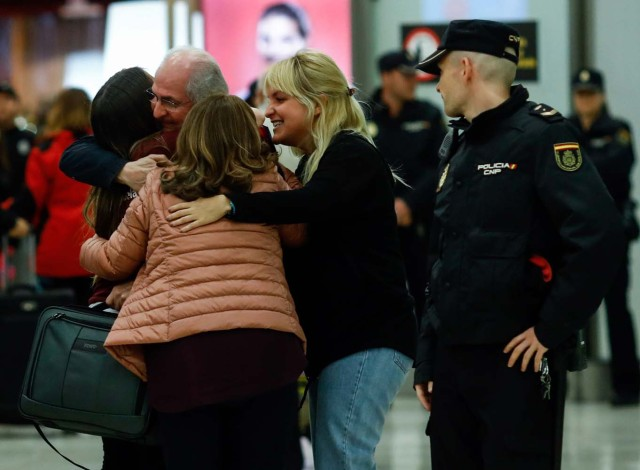 The mayor of Caracas, Antonio Ledezma (2-L) is greeted by his family upon his arrival to the Barajas Airport on November 18, 2017 in Madrid. Ledezma arrived from Bogota to Spain on November 18 after escaping house arrest in the Venezuelan capital, after having been accused of conspiracy against the government of Nicolas Maduro. / AFP PHOTO / OSCAR DEL POZO