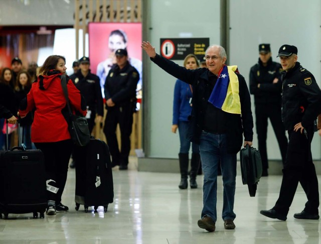 The mayor of Caracas, Antonio Ledezma (2-R) waves upon his arrival to the Barajas Airport on November 18, 2017 in Madrid. Ledezma arrived from Bogota to Spain on November 18 after escaping house arrest in the Venezuelan capital, after having been accused of conspiracy against the government of Nicolas Maduro. / AFP PHOTO / OSCAR DEL POZO