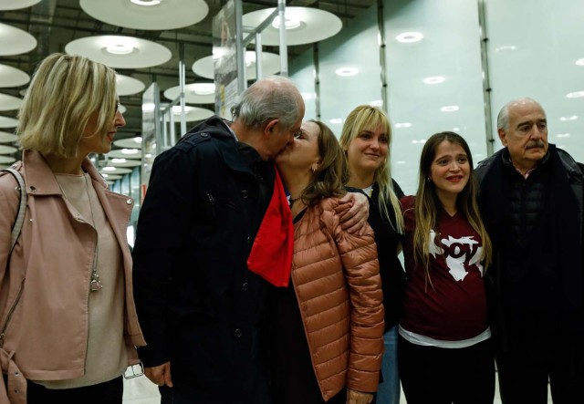 The mayor of Caracas, Antonio Ledezma (2-L) kisses his wife Mitzy Capriles (C) upon his arrival to the Barajas Airport on November 18, 2017 in Madrid. Ledezma arrived from Bogota to Spain on November 18 after escaping house arrest in the Venezuelan capital, after having been accused of conspiracy against the government of Nicolas Maduro. / AFP PHOTO / OSCAR DEL POZO