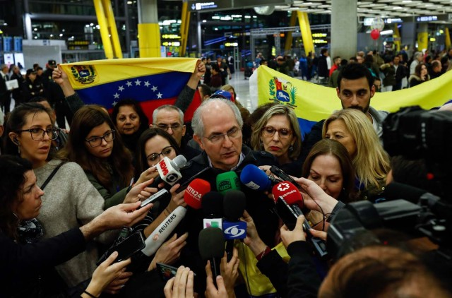The mayor of Caracas, Antonio Ledezma (C) speaks to journalists upon his arrival to the Barajas Airport on November 18, 2017 in Madrid. Ledezma arrived from Bogota to Spain on November 18 after escaping house arrest in the Venezuelan capital, after having been accused of conspiracy against the government of Nicolas Maduro. / AFP PHOTO / OSCAR DEL POZO