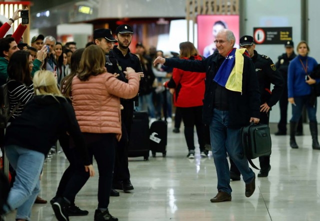 The mayor of Caracas, Antonio Ledezma (R) is greet by family members upon his arrival to the Barajas Airport on November 18, 2017 in Madrid. Ledezma arrived from Bogota to Spain on November 18 after escaping house arrest in the Venezuelan capital, after having been accused of conspiracy against the government of Nicolas Maduro. / AFP PHOTO / OSCAR DEL POZO