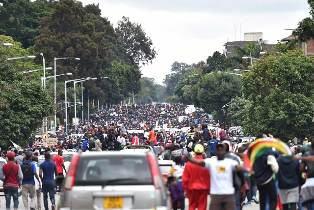 People march towards the State House during a demonstration demanding the resignation of Zimbabwe's president on November 18, 2017 in Harare. Zimbabwe was set for more political turmoil November 18 with protests planned as veterans of the independence war, activists and ruling party leaders called publicly for President Robert Mugabe to be forced from office. / AFP PHOTO / -