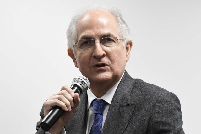 Former Caracas mayor Antonio Ledezma gives a press conference on November 20, 2017 in Madrid. The former mayor of Caracas, a staunch opponent of Venezuela's President, arrived in Madrid on November 18, 2017 after escaping house arrest and fleeing to Colombia. / AFP PHOTO / JAVIER SORIANO
