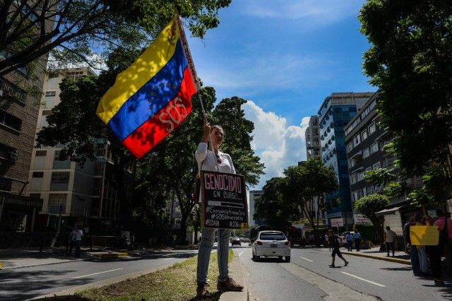 A doctor takes part in an anti-government demonstration protesting for the shortage of medicaments in Caracas on November 20, 2017. / AFP PHOTO / FEDERICO PARRA