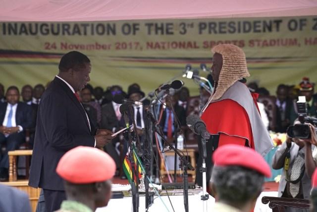 Emmerson Mnangagwa (izq.) Prestó juramento como nuevo presidente de Zimbabue en Harare, el 24 de noviembre de 2017 durante la ceremonia de inauguración. El vicepresidente expulsado de Zimbabue prestaría juramento como presidente el 24 de noviembre de 2017, marcando el capítulo final de un drama político que derrocó a su predecesor después de una toma militar. / AFP PHOTO / Marco Longari