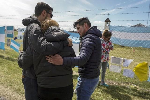 Los familiares del miembro de la tripulación Damian Tagliapietra expresan su dolor fuera de la base naval de Argentina en Mar del Plata, en la costa atlántica al sur de Buenos Aires, el 24 de noviembre de 2017. La armada argentina confirmó el jueves que un ruido inusual en el Atlántico cerca de la última posición conocida de un submarino desaparecido parecía ser una explosión, desvaneciendo las últimas esperanzas de encontrar vivos a los 44 miembros de la tripulación. Los familiares de los marineros desaparecidos reaccionaron con pesar e ira ante las noticias después de tener esperanzas ya que el submarino estaba retrasado en su base de Mar del Plata el 17 de noviembre, dos días después de la explosión. / AFP PHOTO / EITAN ABRAMOVICH