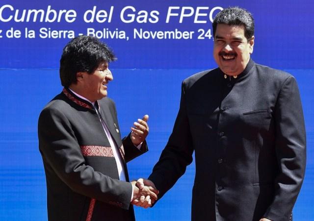 El Presidente de Bolivia Evo Morales (L) saluda a su homólogo venezolano, Nicolás Maduro, durante la IV Cumbre del Foro de Países Exportadores de Gas (GECF) en Santa Cruz de la Sierra, Bolivia, el 24 de noviembre de 2017. / AFP PHOTO / AIZAR RALDES