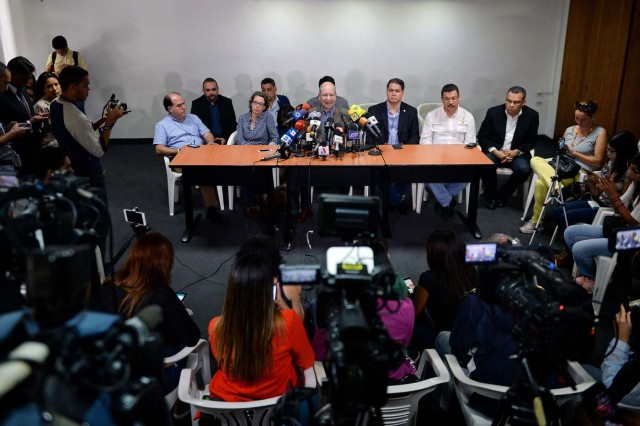 Vicente Diaz (C), member of the commission for dialogue between the government and representatives of the Venezuelan coalition of opposition parties (MUD) offers a press conference in Caracas on November 29, 2017. On Tuesday the Venezuelan parliament approved a report in support of negotiations to be undertaken by the government and its adversaries on December 1st in the Dominican Republic. / AFP PHOTO / FEDERICO PARRA