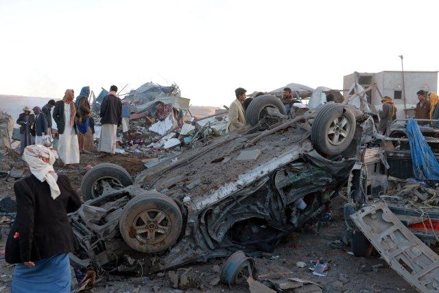 La gente se reúne en el lugar de un ataque aéreo en la ciudad noroccidental de Saada, Yemen, el 1 de noviembre de 2017. REUTERS / Naif Rahma