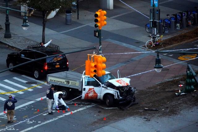 Policías investigan un vehículo usado en un atropello múltiple en Manhattan, Nueva York., EEUU, 31 de octubre de 2017. REUTERS / Andrew Kelly
