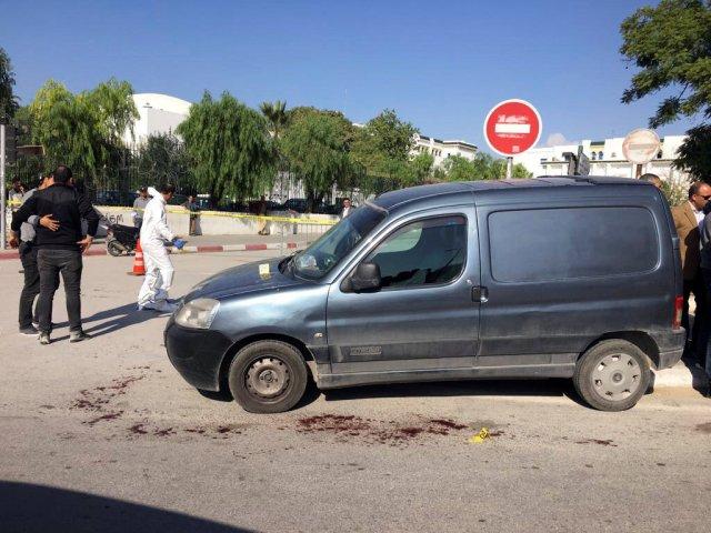 Se ve a policías donde se sospecha que un militante islamista fue arrestado después de haber herido a dos policías en un ataque con arma blanca cerca del edificio del parlamento en Túnez, Túnez, el 1 de noviembre de 2017. REUTERS / Zoubeir Souissi