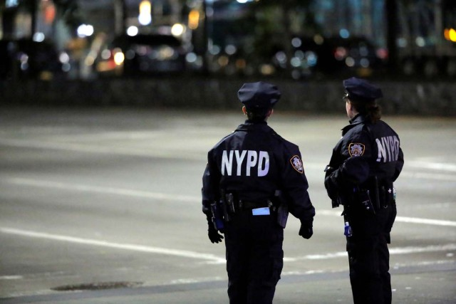 La policía mira hacia la escena del ataque en Manhattan, Nueva York, Estados Unidos, el 31 de octubre de 2017. REUTERS / Andrew Kelly