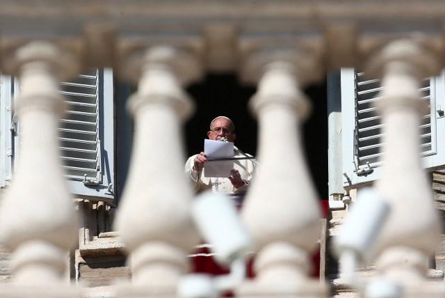 El Papa Francisco habla durante su oración del Ángelus en el Día de Todos los Santos en la Plaza de San Pedro en el Vaticano, el 1 de noviembre de 2017. REUTERS / Alessandro Bianchi