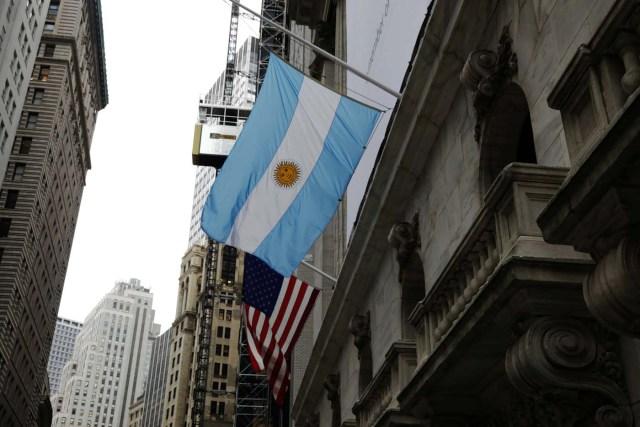 Una bandera de Argentina y EE. UU. Vuela a media asta fuera de la Bolsa de Nueva York en Nueva York, EE.UU., 1 de noviembre de 2017. REUTERS / Lucas Jackson