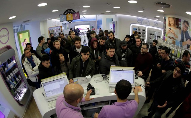Customers wait to buy Apple's new iPhone X before its launch at a cell phone store in central Moscow, Russia November 3, 2017. REUTERS/Tatyana Makeyeva