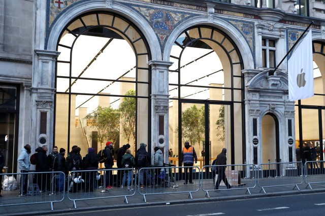 Customers queue outside the Apple Store in Regents Street before it opens on the day that the new iPhone X goes on sale in London, Britain, November 3, 2017. REUTERS/Peter Nicholls