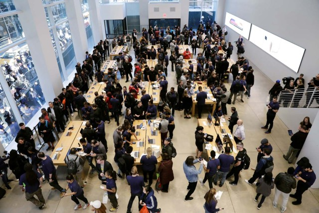 Customers arrive to purchase an iPhone X at an Apple store in New York, U.S., November 3, 2017. REUTERS/Lucas Jackson