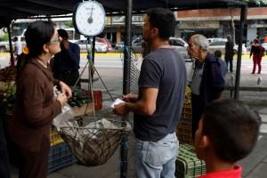 Venezolanos saben poco de deuda externa, sólo esperan que se reduzca la escasez y la inflación
