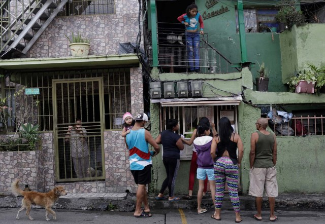 """People wager money on """"Los Animalitos"""" (or the Little Animals) betting game on the outskirts of Caracas, Venezuela, October 6, 2017. REUTERS/Ricardo Moraes SEARCH """"MORAES GAMBLING"""" FOR THIS STORY. SEARCH """"WIDER IMAGE"""" FOR ALL STORIES."""