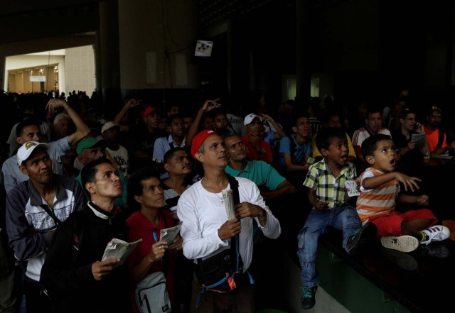 """People react as they watch a horse race at La Rinconada Hippodrome, in Caracas, Venezuela, October 14, 2017. REUTERS/Ricardo Moraes SEARCH """"MORAES GAMBLING"""" FOR THIS STORY. SEARCH """"WIDER IMAGE"""" FOR ALL STORIES."""