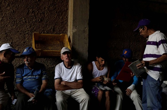 """A man counts his money in a small warehouse on the outskirts of Caracas, Venezuela, October 7, 2017. REUTERS/Ricardo Moraes SEARCH """"MORAES GAMBLING"""" FOR THIS STORY. SEARCH """"WIDER IMAGE"""" FOR ALL STORIES."""