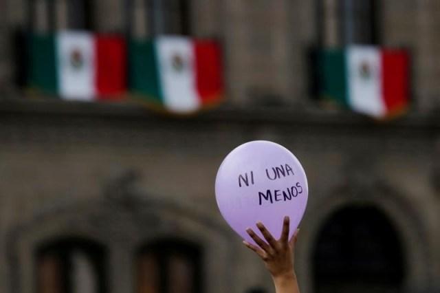 Una manifestante sostiene un globo durante una marcha en Monterrey para recordar a Mara Fernanda Castilla, una joven de 19 años que fue encontrada muerta en Puebla. 17 de septiembre de 2017. REUTERS/Daniel Becerril