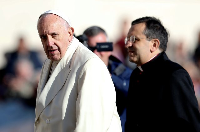 El Papa Francisco mira mientras llega durante su audiencia general del miércoles en la plaza de San Pedro en el Vaticano, el 8 de noviembre de 2017. REUTERS / Alessandro Bianchi