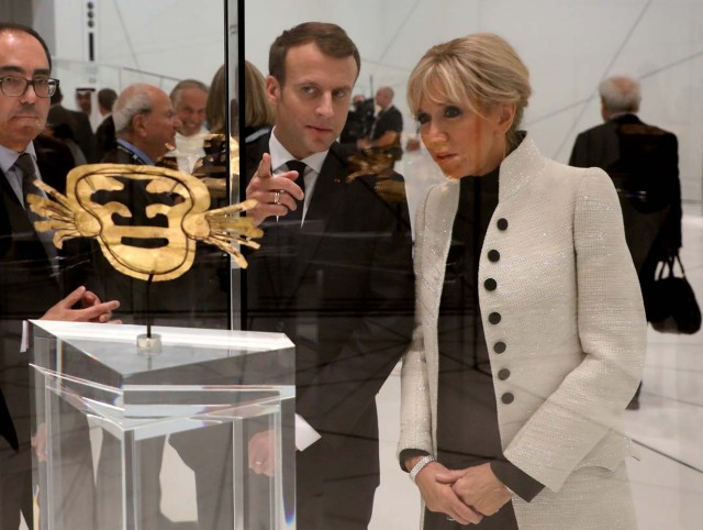 French President Emmanuel Macron and his wife Brigitte Macron look at a piece of art as they visit the Louvre Abu Dhabi Museum in Abu Dhabi, UAE, November 8, 2017. REUTERS/Ludovic Marin/Pool